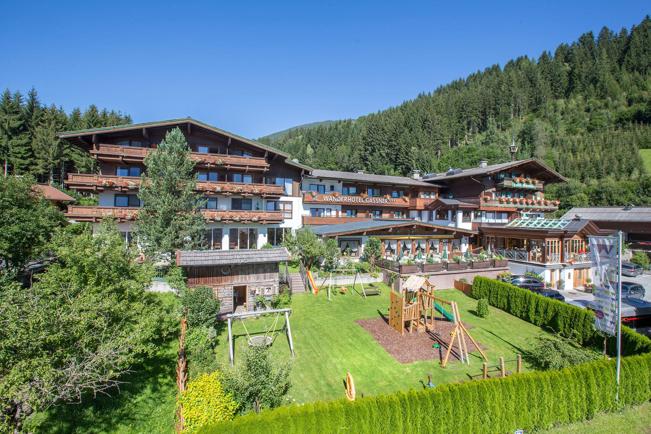 Blick in den Garten des Hotels – mit viel Platz zum Spielen
