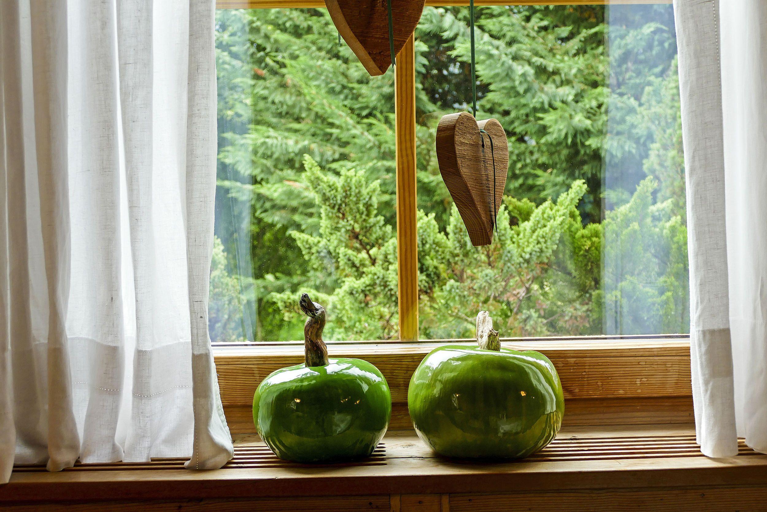 Modellierte Äpfel auf der Fensterbank