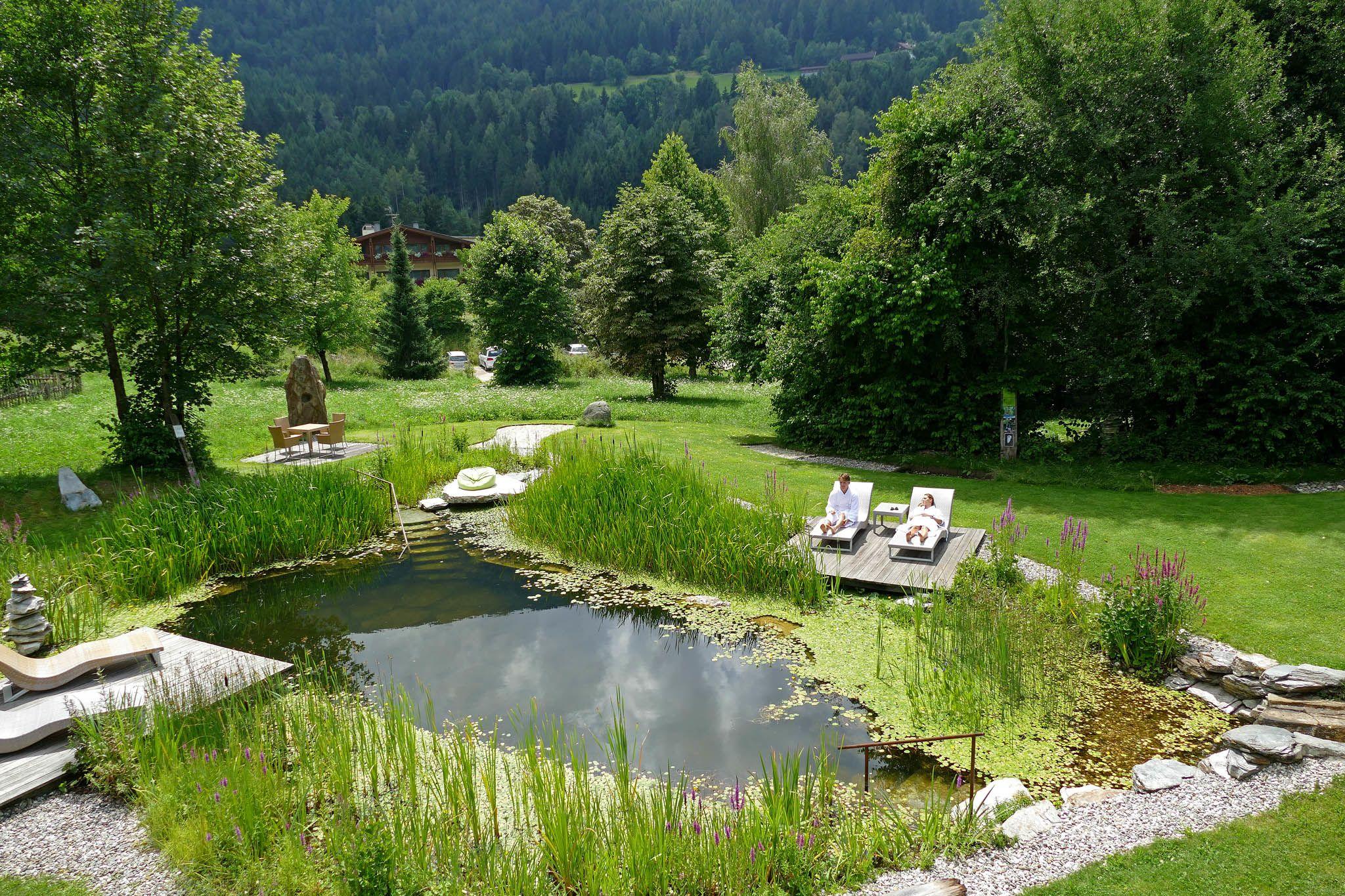 Der Garten und der Natur-Badeteich.