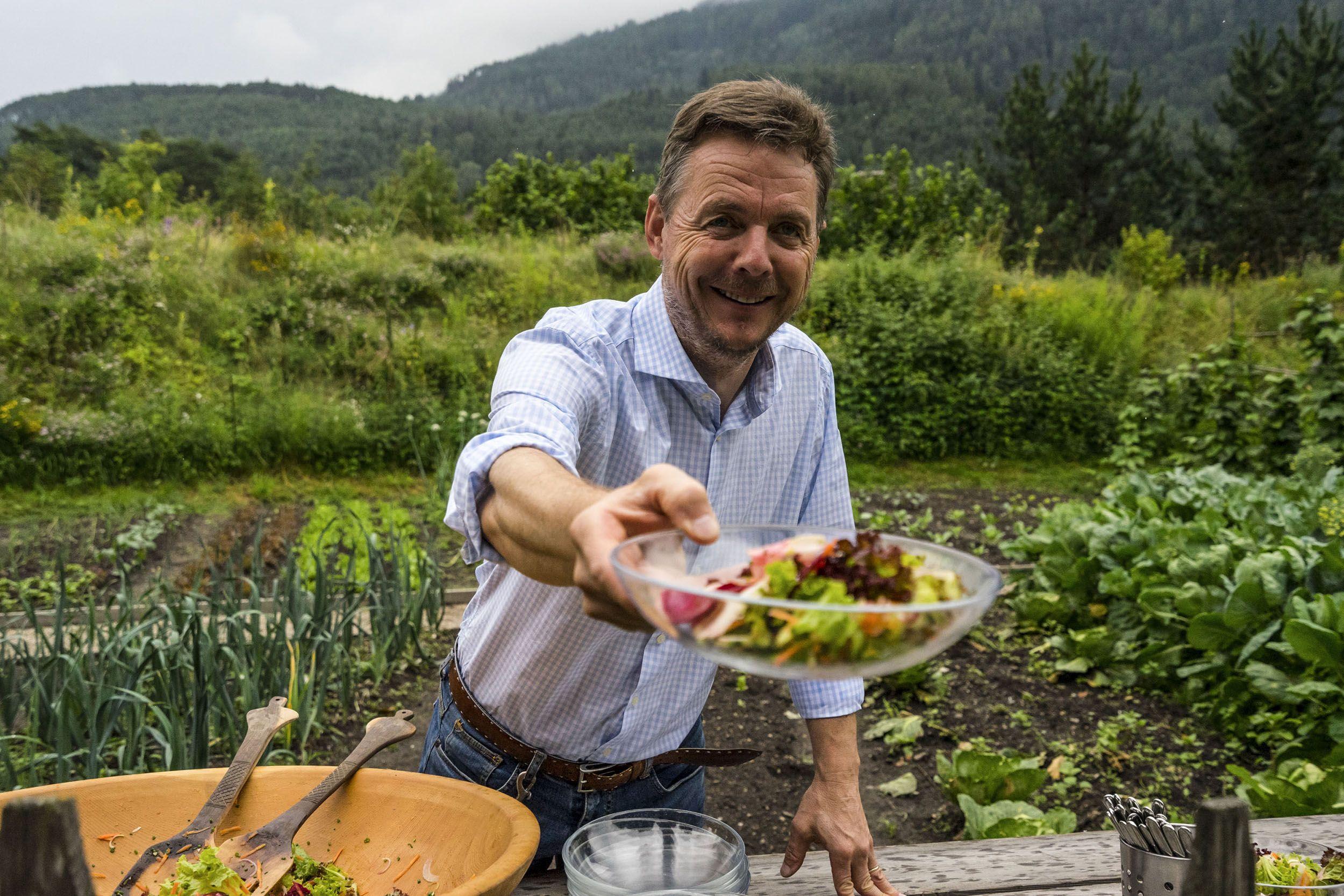 Gerd serviert seinen Salat aus dem eigenen Garten