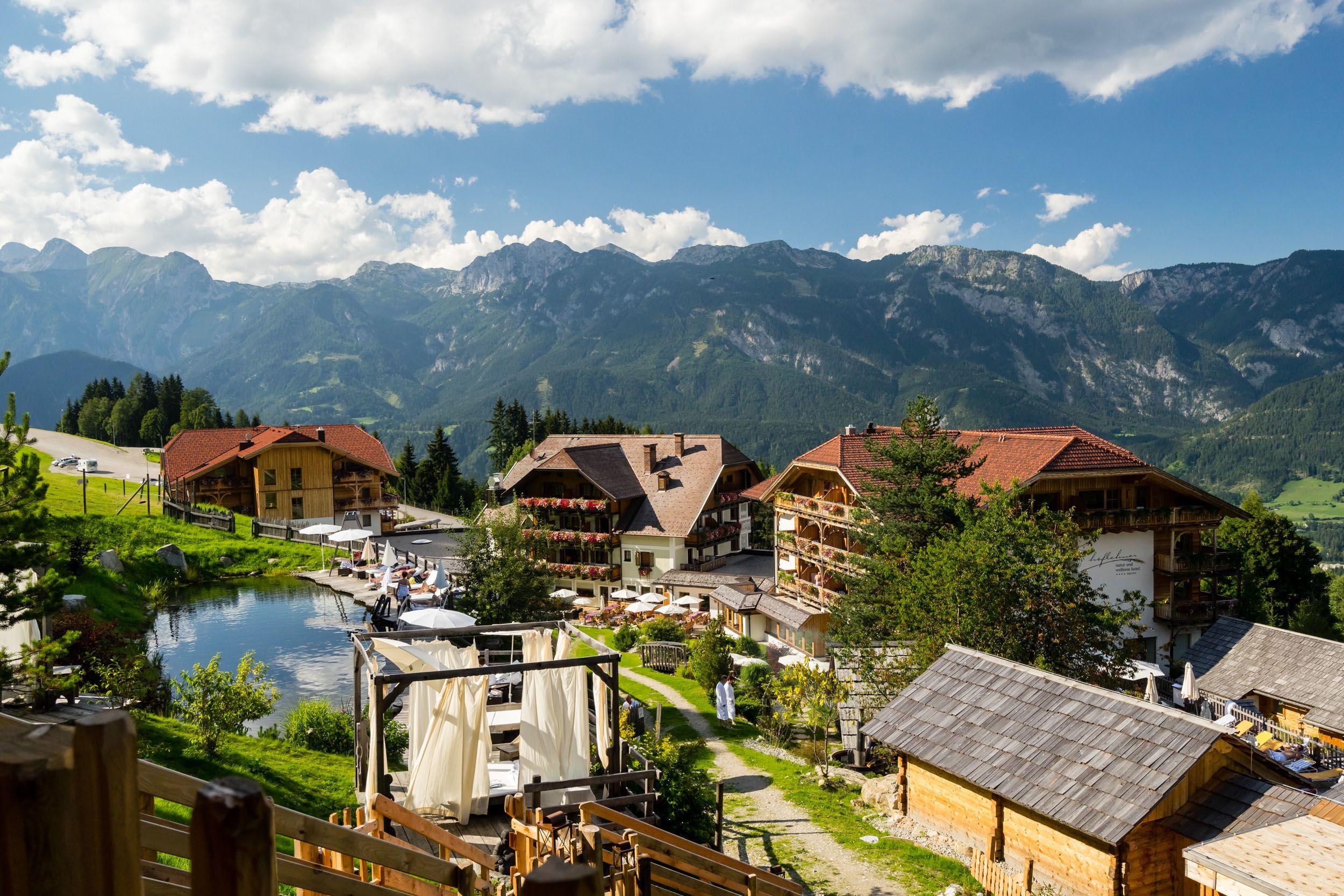 Das Hotel besteht aus drei Häusern und ist von einem großzügigem Aussenbereich umgeben.
