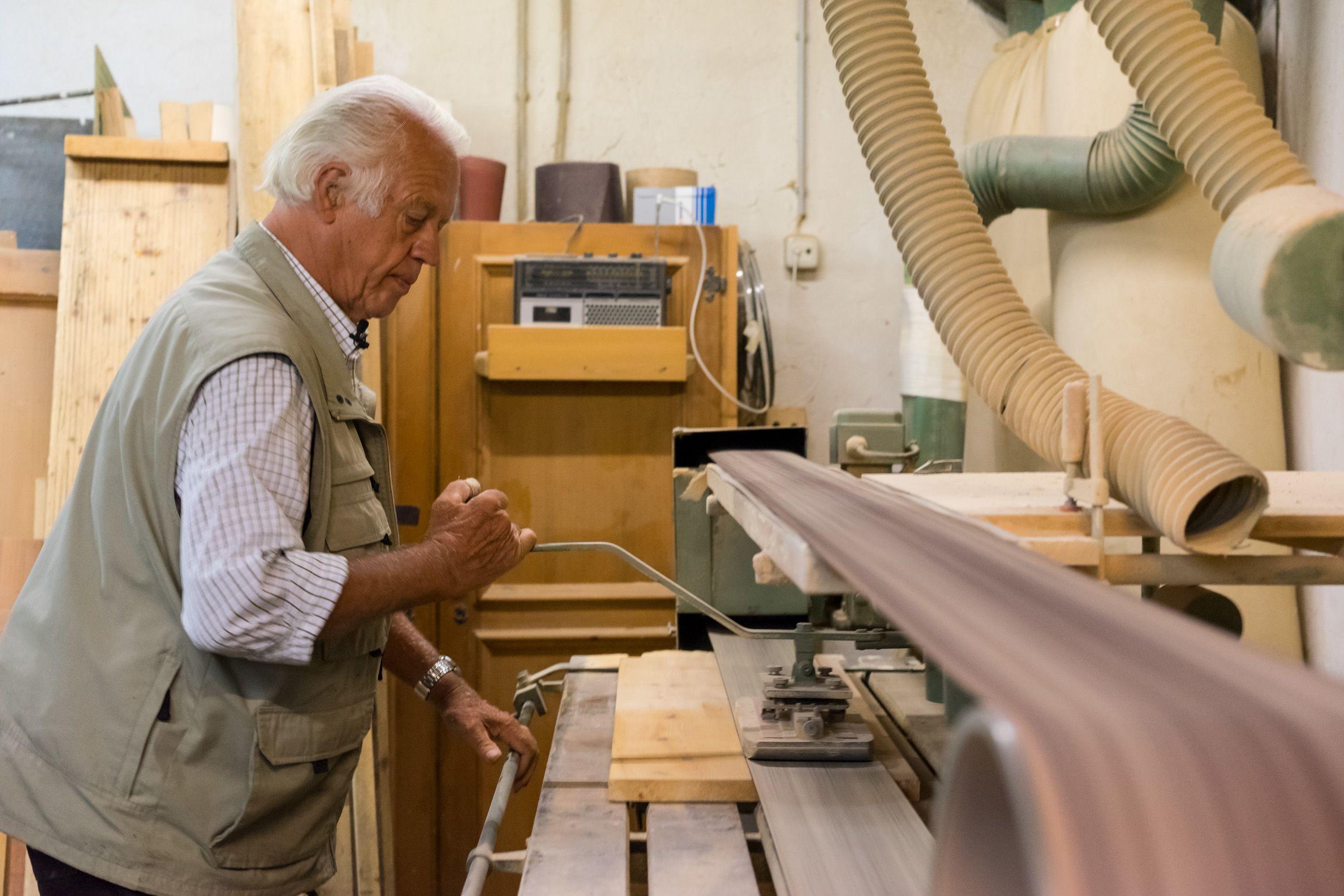 Seniorchef Werner bei der Fertigung von Holzherzen als Gästegeschenke in seiner Werkstatt.