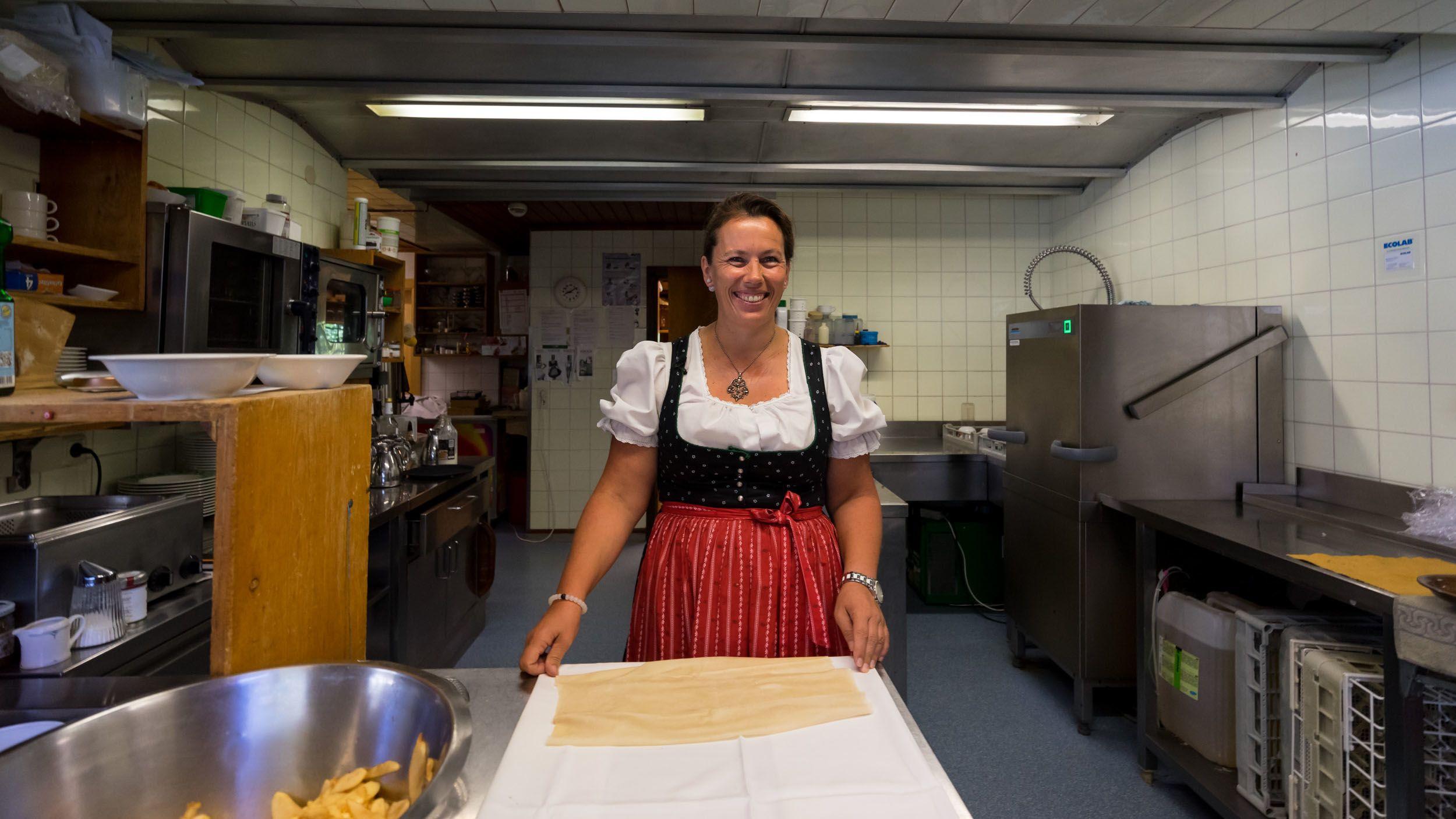 Apfelstrudel-Zubereitung mit Chefin Susi