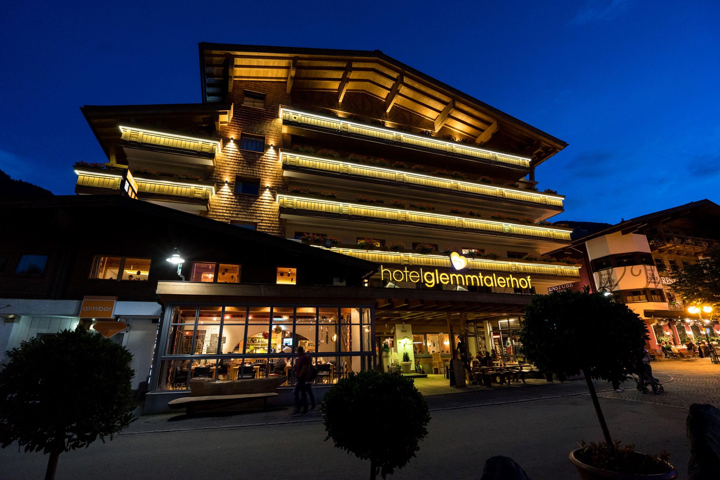 Das Hotel Glemmtalerhof am Abend