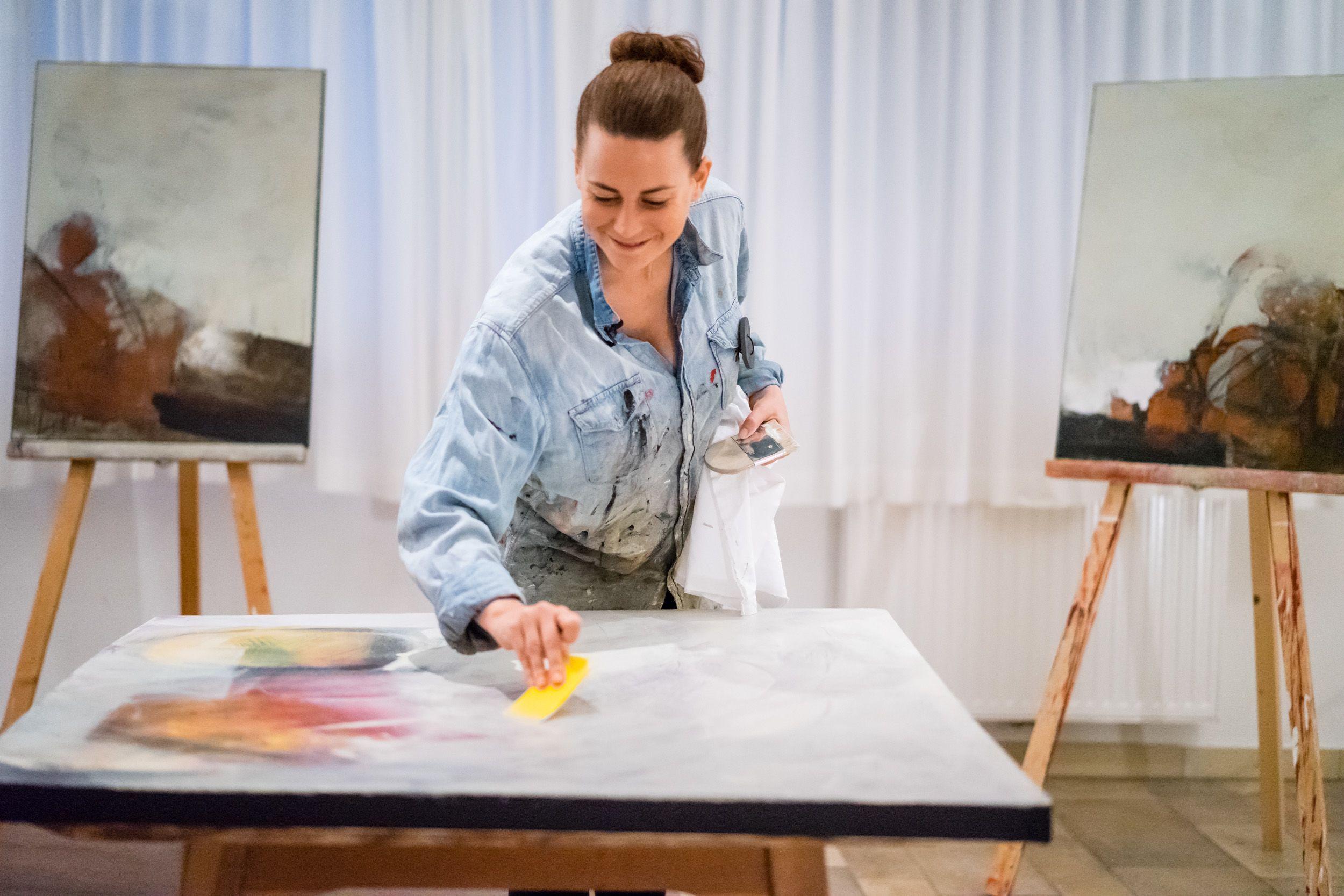 Tanja bei ihrem großen Hobby, der Malerei