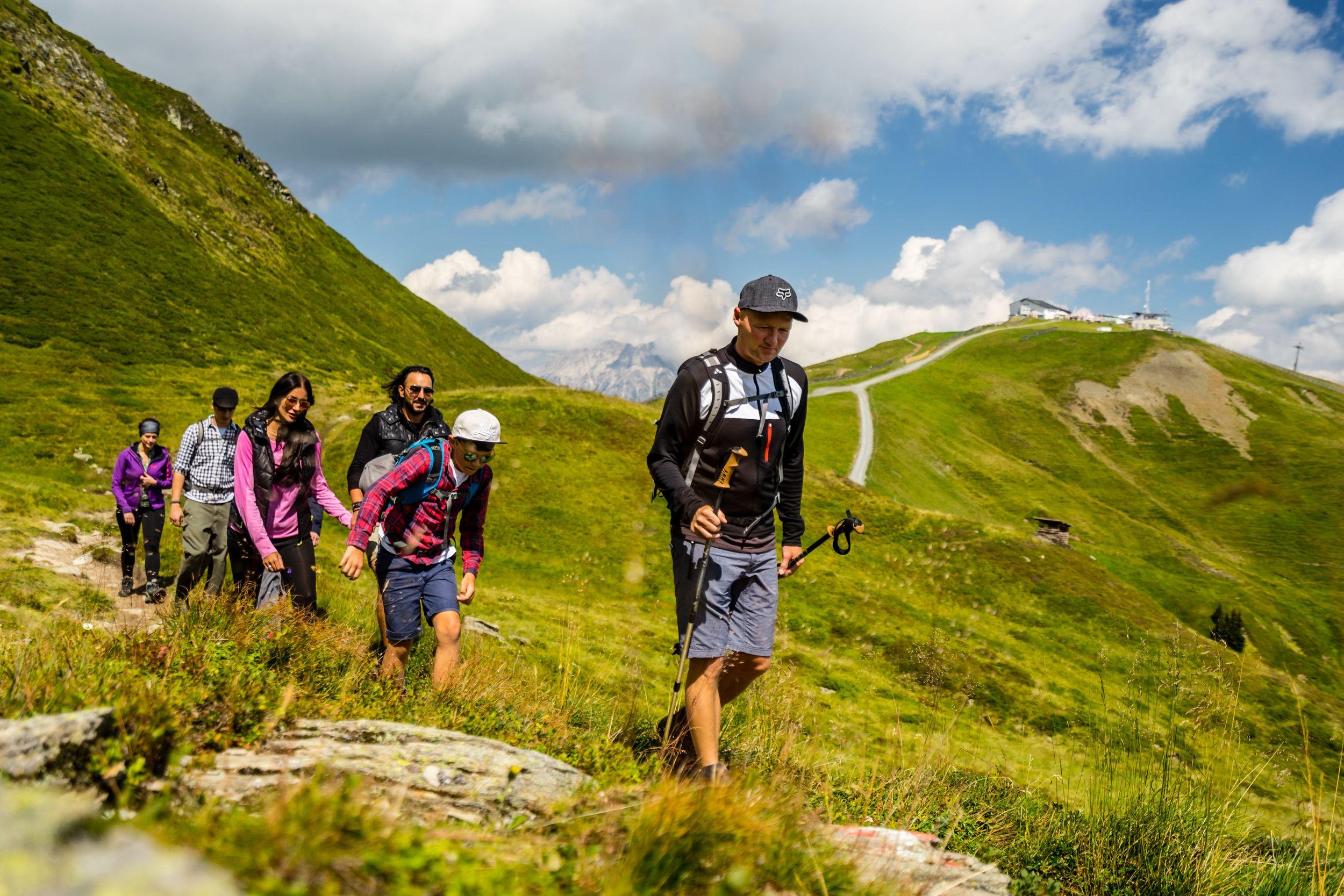 Sechs Wanderer unterwegs am Zwölferkogel