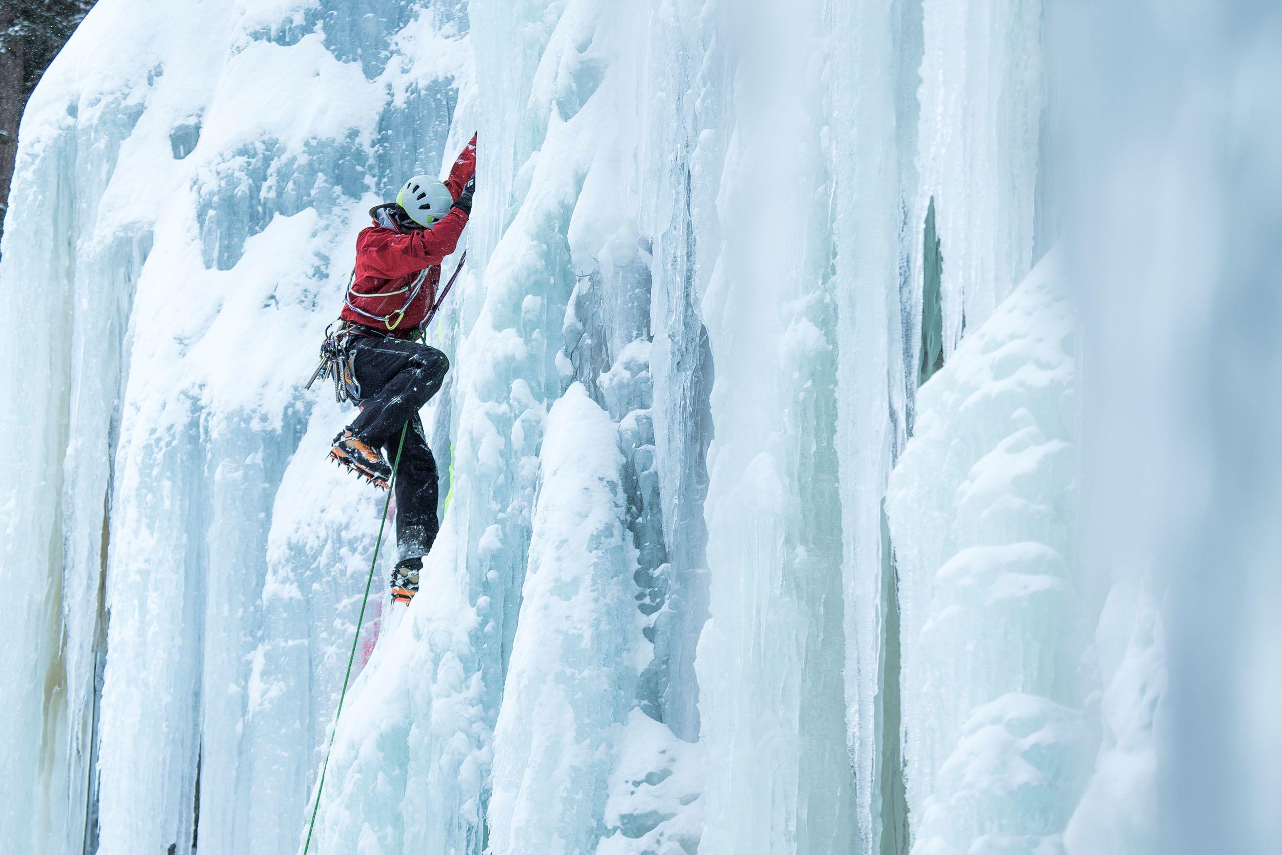 An Eisfällen geht es bis zu 40 Meter steil nach oben (c) Martin Lugger