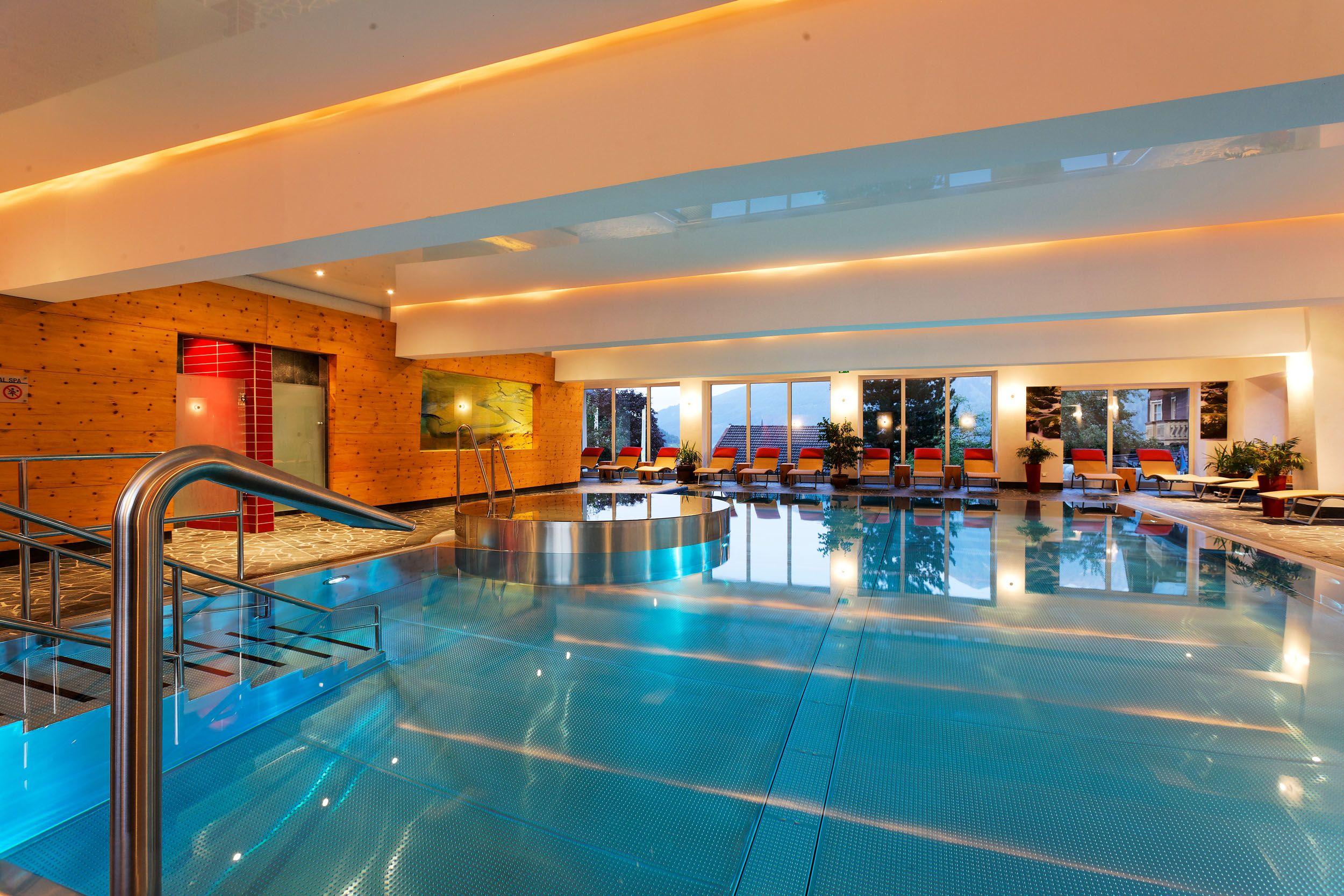 Pool im Innenbereich des Wanderhotel gassmer