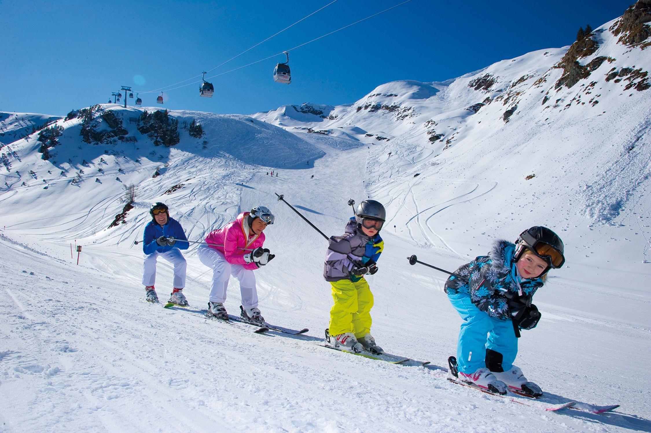 Familie auf der Piste im Skigebiet_Rauriser_Hochalmbahnen
