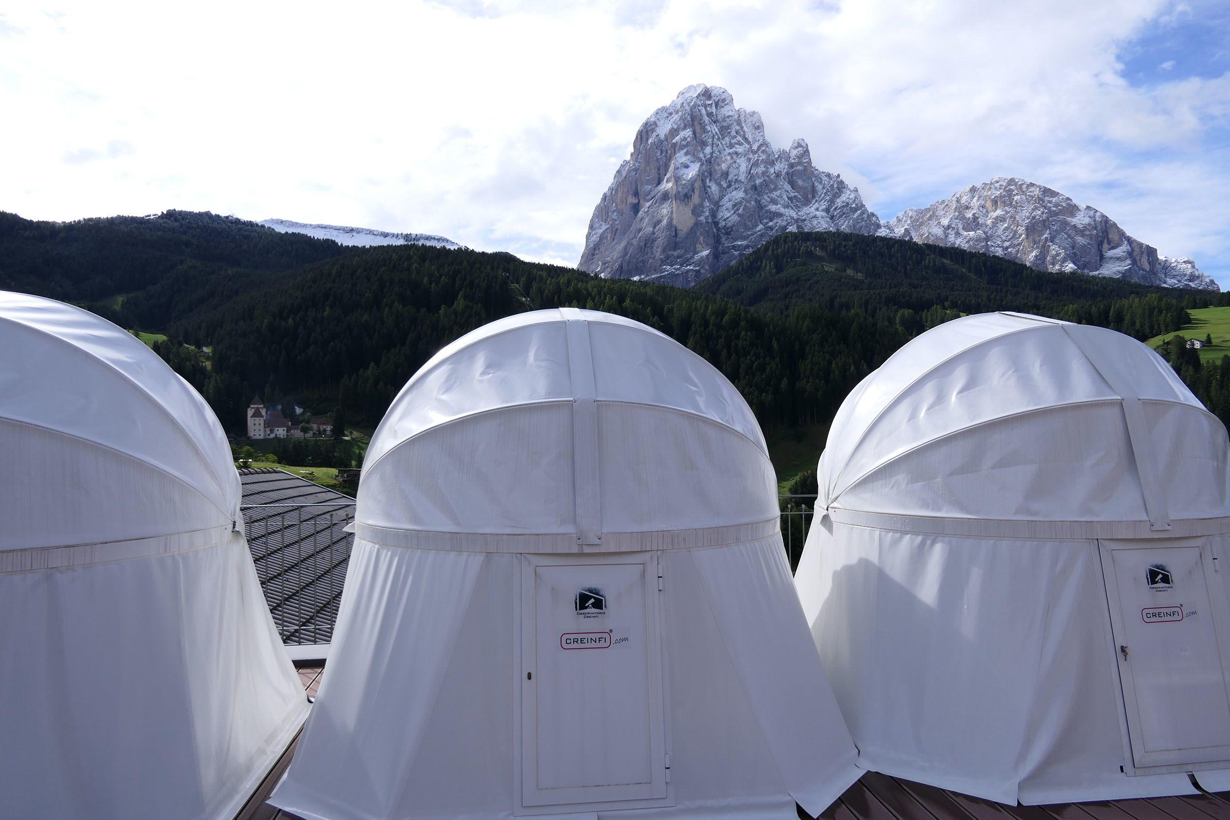 Astronomie-Stationen auf der Terrasse des Hotels