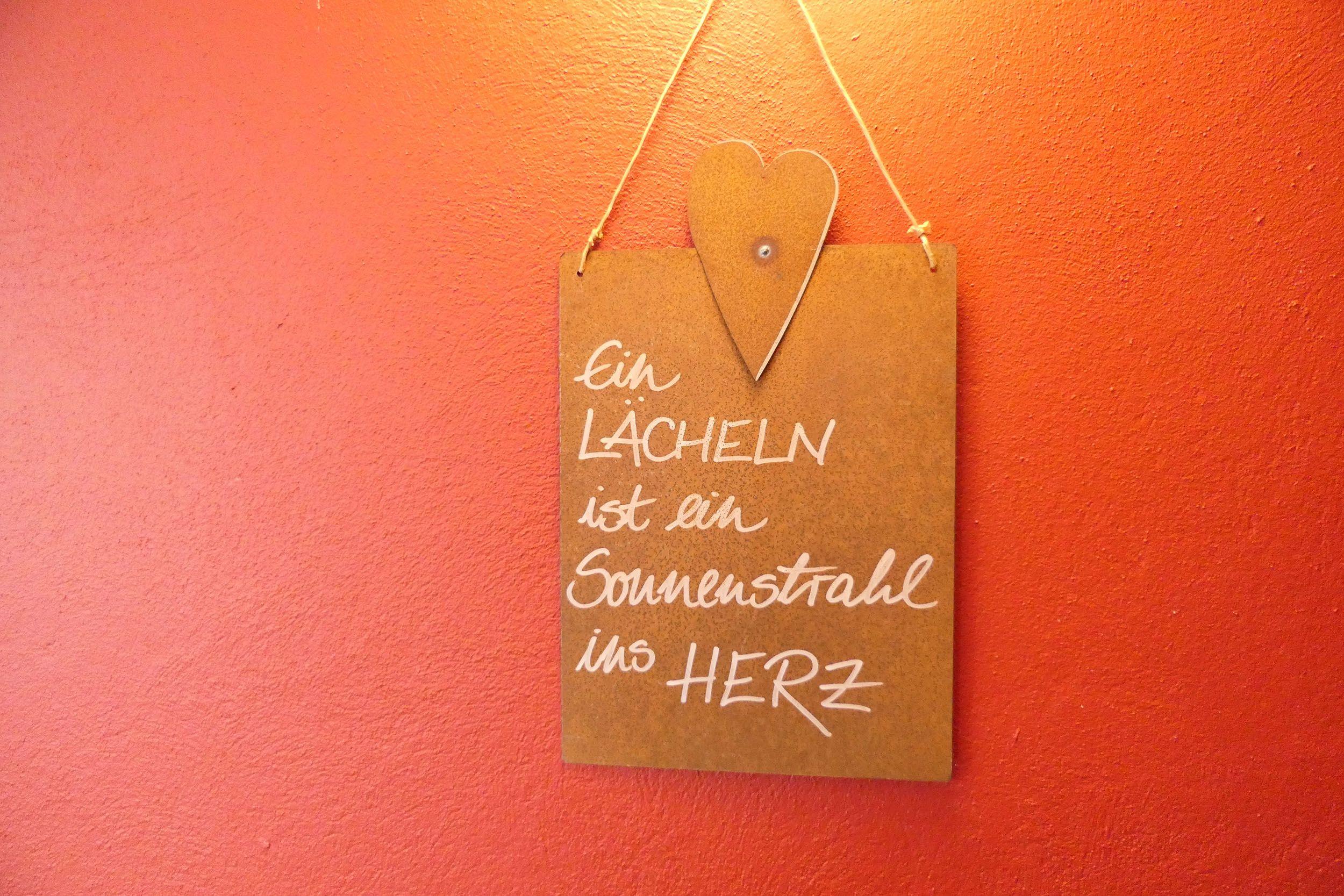 Schild mit Spruch im Hotel Brandstetterhof