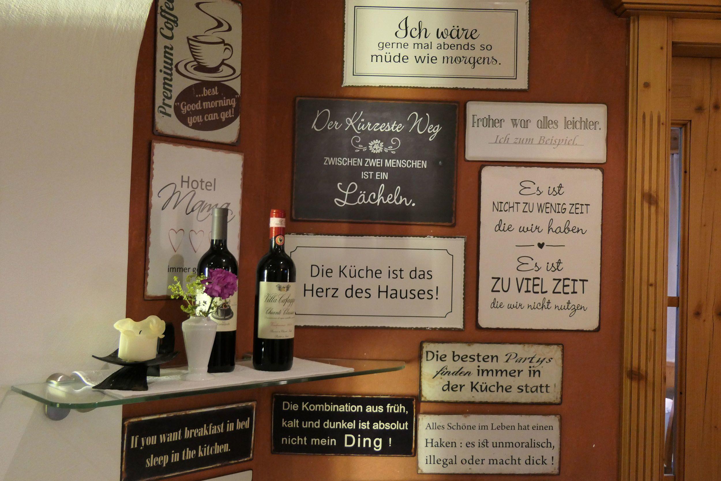 Schilder an der Wand im Hotel Brandstetterhof