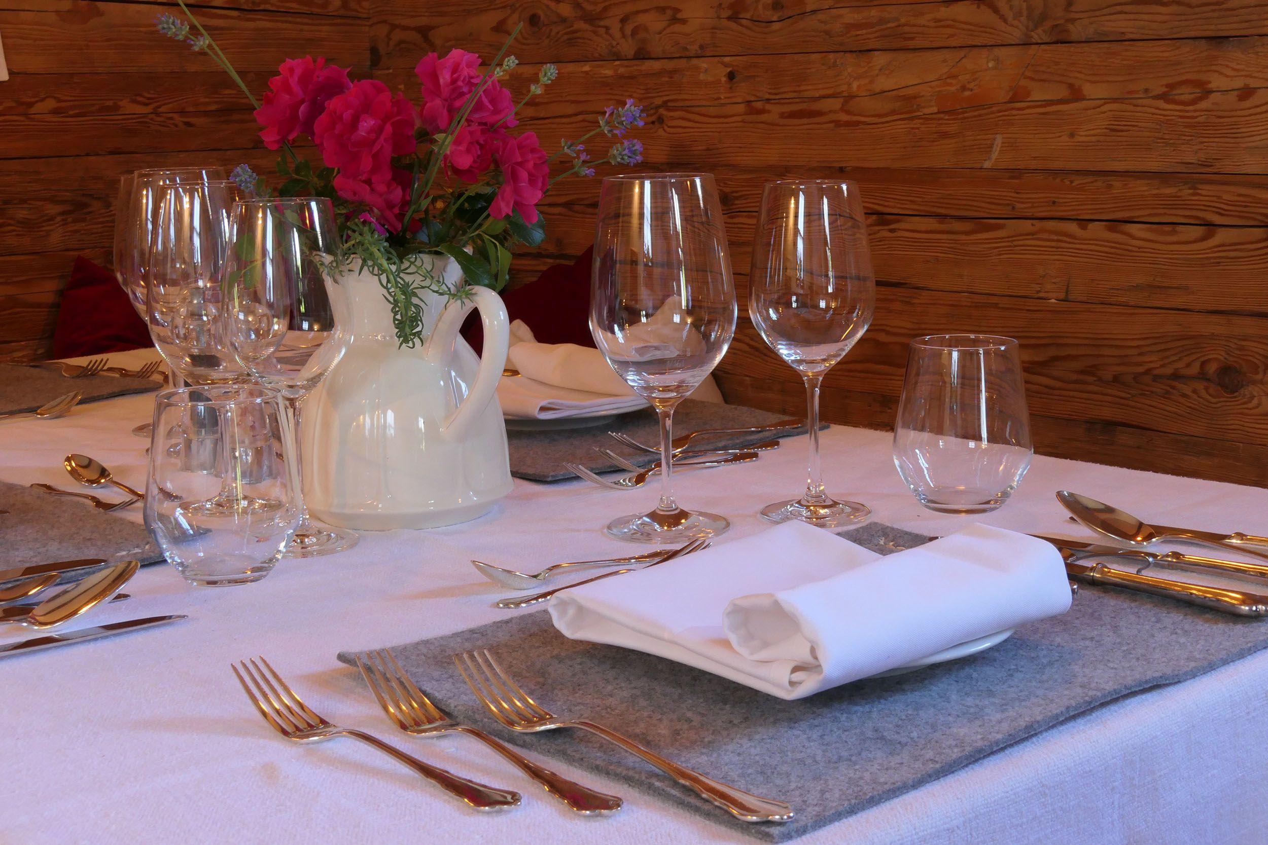 Gedeckter Tisch im Gartenhaus
