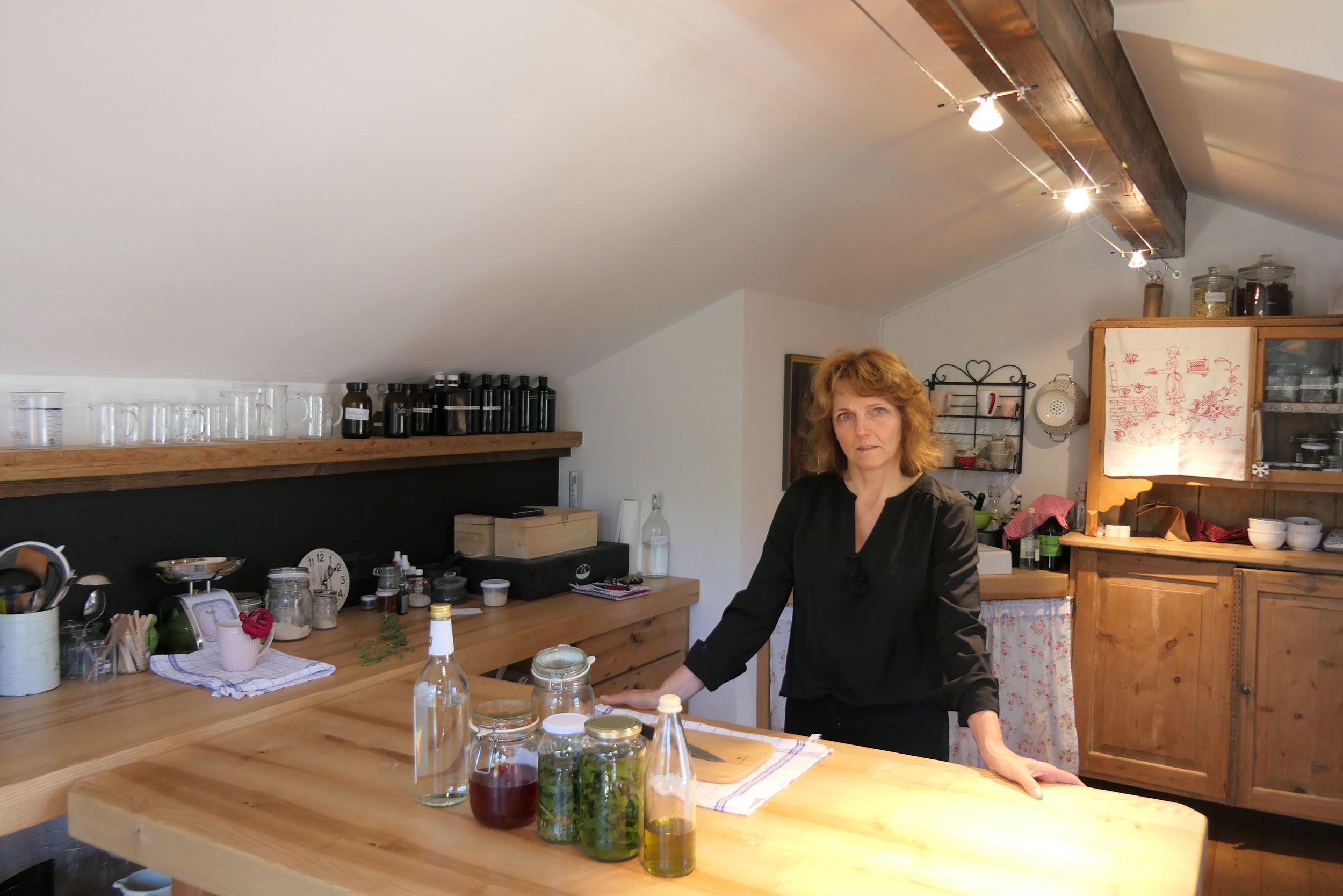 Elisabeth in ihrer Kräuterküche