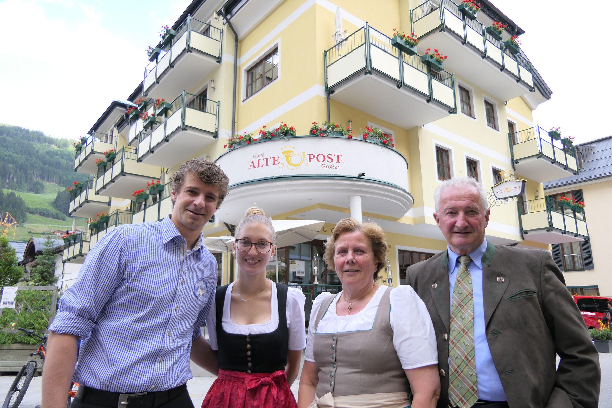 Familie Knapp vor ihrem Hotel Alte Post