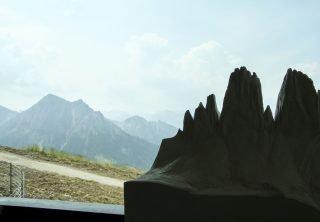 Blick auf die Berge mit dem Modell im Vordergrund