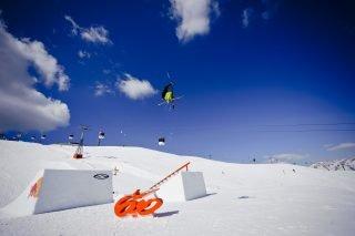 Snowboarder zeigen ihre Stunts im Snowpark