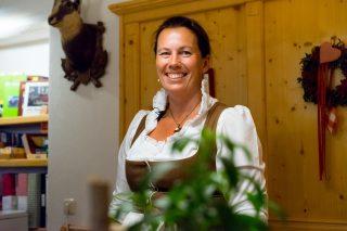 Susi SchafhuberKräuterworkshop mit Susi: Herstellung von Anika Salbe im Wanderhotel Schafhuber in Maria Alm - Hinterthal, Österreich