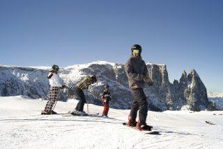 Skifahren auf der Seiser Alm © IDM Südtirol / Clemens ZahnBeim Skifahren auf der Seiser Alm ist man dem schneebedeckten Schlern und der Santner Spitze zum Greifen nahe.