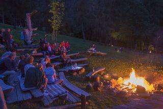 Lagerfeuerabend am Lüsnerhof @ Udo BernhartItalien Suetirol Trentino Alto Adige Eisaktal Luesen Wander- und Naturhotel Luesnerhof Lagerfeuer