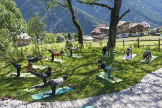 Yoga im Garten © Udo BernhartItalien Suetirol Trentino Alto Adige Eisaktal Luesen Wander- und Naturhotel Luesnerhof Yoga