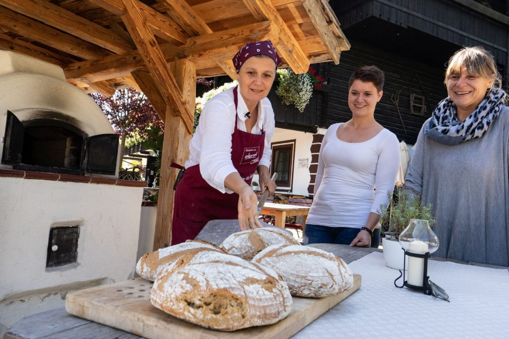 Naturel Hoteldorf Schönleitn Brotbacken